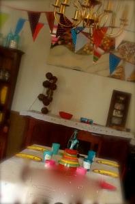 une table colorée pour des enfants pétillants!
