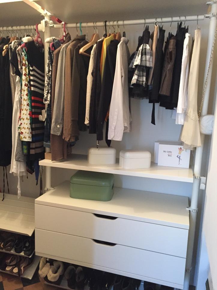 Un dressing clair et organis avec stolmen de ik a ik a m re dinguote - Ikea caisson dressing ...